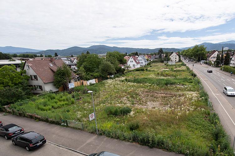 Wiesengrundstück neben Straßen