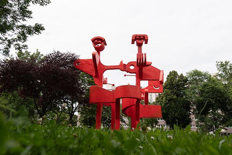 Kunstwerk aus zwei roten Figuren
