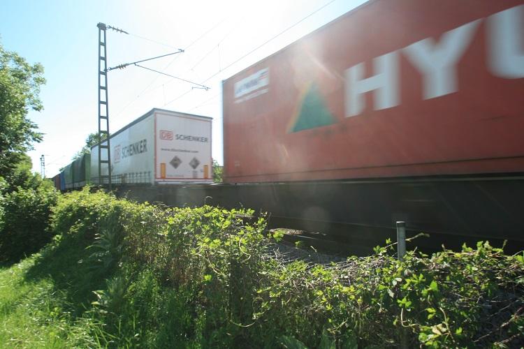 Fahrende Güterwaggons auf Schiene