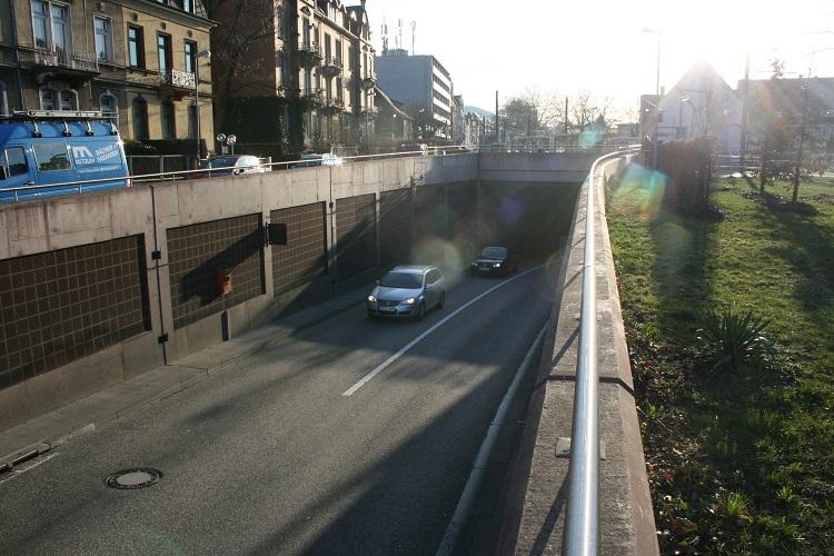 Tunnelöffnung mit Autos