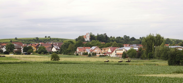 Dorf in grüner Landschaft